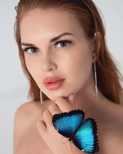 Девушка и бабочка Morpho Peleides