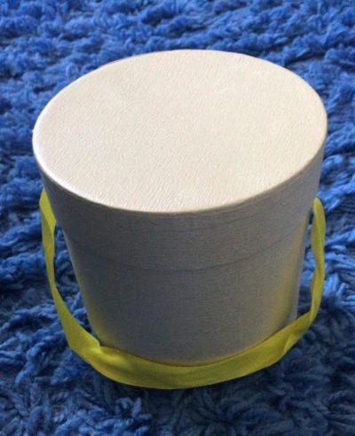 Подарочная коробка белая на синем ковре